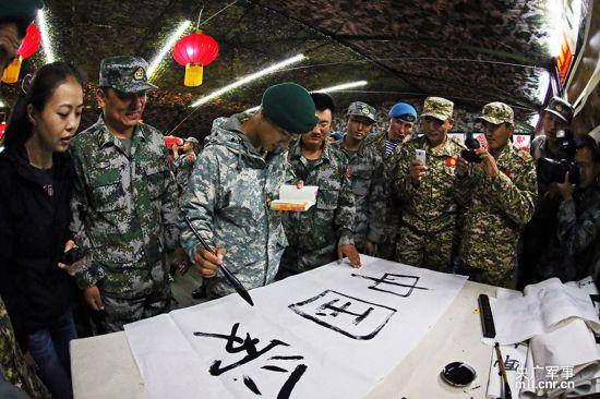 中国 卫和平/在中方军营开放日当天,一名热爱中国文化的哈萨克斯坦军人,...