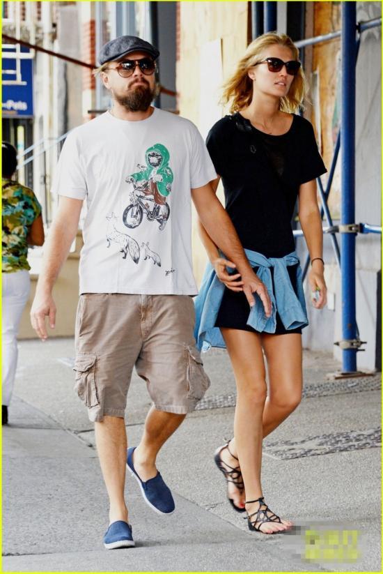 莱昂纳多与女友当街亲热 搂脖摸腿秀恩爱