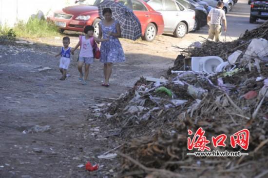海口:垃圾堆放近百米长 学生无奈绕道通行