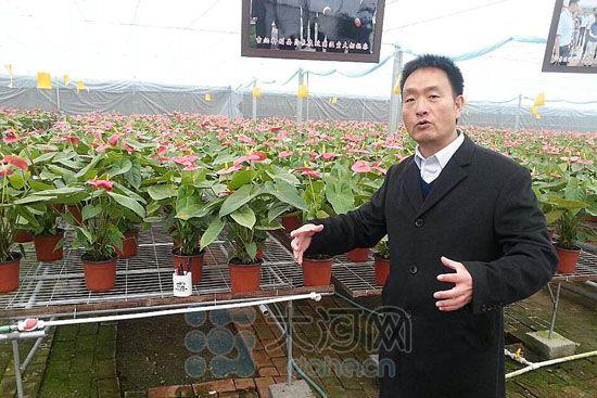 """裴春亮说,自从解决了水的问题,裴寨社区的发展就跑上了""""快速路""""。"""