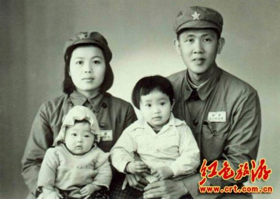 原文配图:吴克之、谭梅夫妇和两个女儿合影。(照片由家属提供)