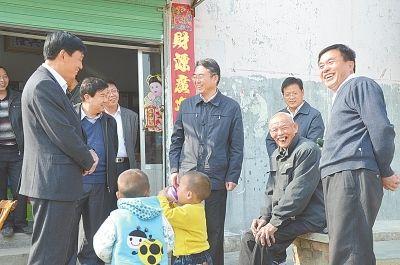 南阳市委书记穆为民(右四)走访陈营村移民群众