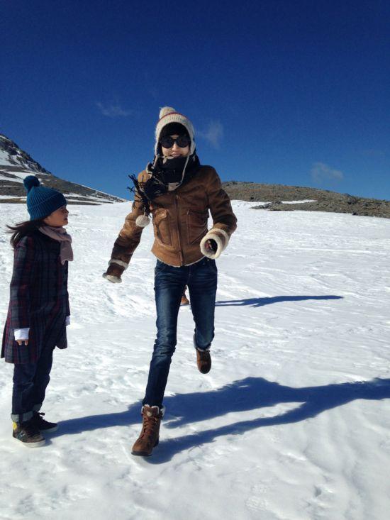 陆毅一家畅游新西兰 雪山半裸搂抱秀恩爱