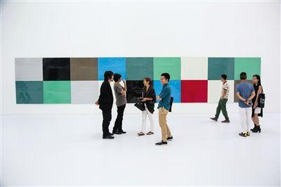 绿色、红色、蓝色等单色色块构成的铝板被组合排列在一起。每个铝板上都有英文,写着被覆盖之前图像的名称及信息。