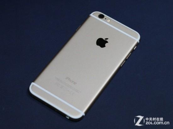 iPhone6背面采用了三段式设计   因为背面采用了一整块金属,所以恼人的信号问题也随之出现,而屏幕则采用了和HTC One相同的做法,那就是将其分割成几部分,中间用塑料材质填充,仔细的观察我们可以发现,iPhone6不仅仅是有两条分割线将背面分成三段,整个背面都有一圈这样的分割线,恰恰是因为这些设计,让很多网友表示iPhone6的背面太丑。