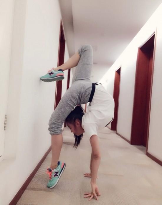 北京舞蹈学院新生军训女生秀一字马 女星PK一