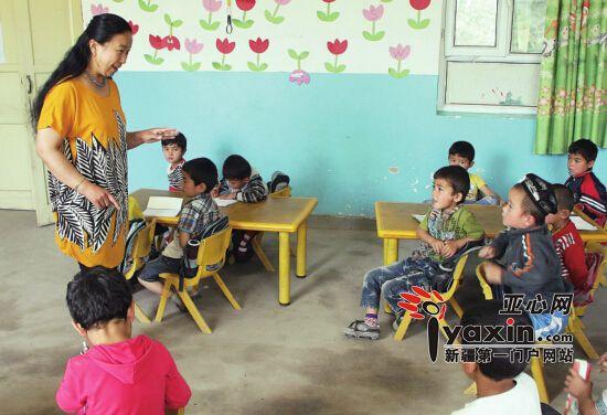 近日,周丽娜在阿图什市上阿图什镇中心幼儿园给孩子们上课。刘济宽 摄 嫁给烤肉串的帅小伙 周丽娜是辽宁沈阳人,48岁,是新疆克州阿图什市上阿图什镇一名教师。回忆起当年来新疆的初衷,周丽娜笑着说,都是因为他羊肉串烤得好。 周丽娜说,自己从小生活在沈阳,梦想着当老师,但因高考落榜早早踏入社会开始工作。1993年,听说有一个维吾尔族小伙子在市场门口卖羊肉串,我和几个朋友就想去尝尝。周丽娜说,第一次见到烤羊肉串的乃斯如拉吾买尔,她就心动了,不光是羊肉串味道好,他长得浓眉大眼,挺帅的。 经常去吃羊肉串,