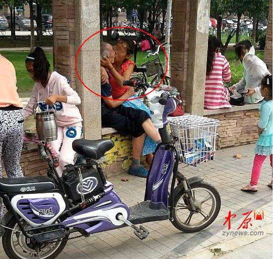 郑州街头白发老人与中年女子激吻 丝毫不避旁