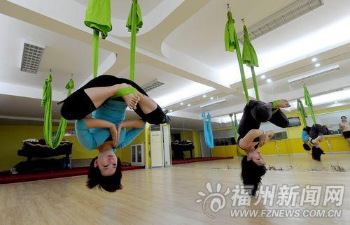 空中美女飞舞福州吊在空中偷拍、劈叉(图)传入裸瑜伽睡图片