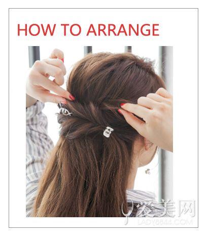 step 2:将左侧的头发扭转后往右侧方,用小抓夹固定,右侧的头发