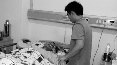 万宁大学生瘫痪在床 哥哥放弃工作全天照顾