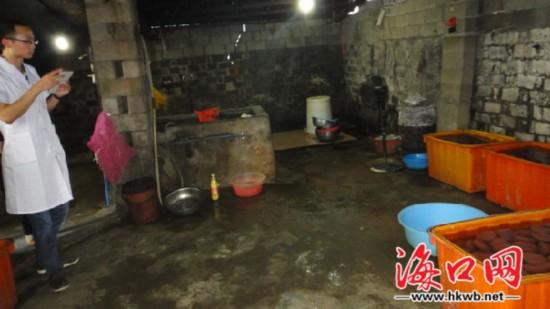 黑作坊制作假鸭血 省市食药局联合警方查处