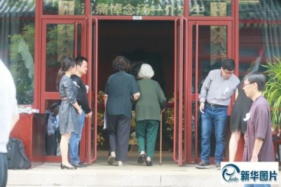 2014年9月11日,众人走进与先生办公室仅隔百米的灵堂,追忆北京大学哲学系教授、国学大师汤一介。
