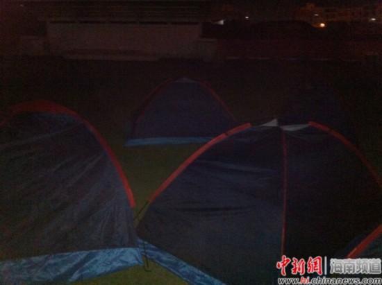 """海南某高校校区在该校区的草坪上为家长搭起的""""爱心帐篷"""",家长称又闷又热。"""