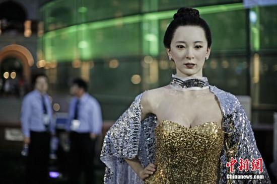 """高仿真""""美女""""机器人亮相达沃斯引围观"""