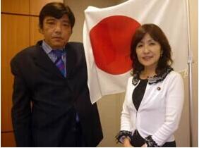 日本女阁僚请求删除与纳粹思想者合影照(图)