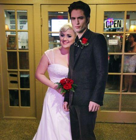 太疯狂了!美国女粉丝与帕丁森纸板公仔结婚