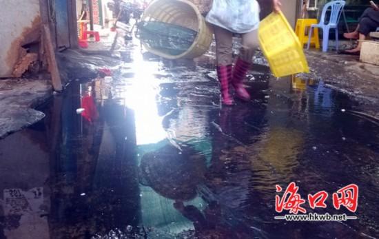 一小巷排污管道遭堵 污水遍地市民怨声载道