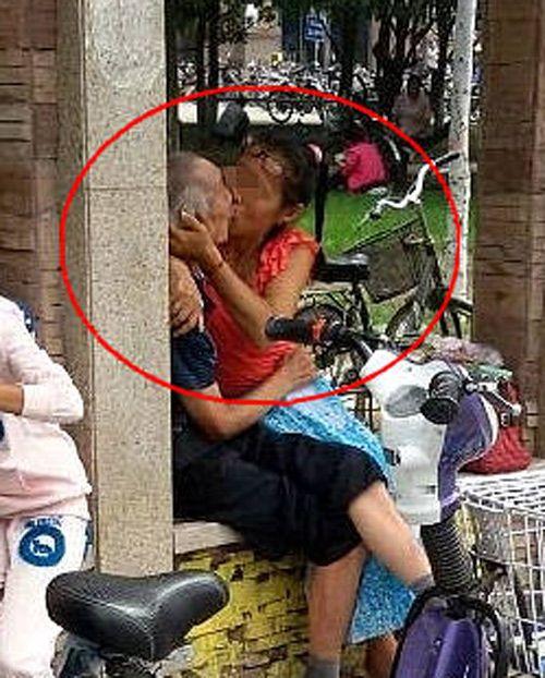 当街与中年女子忘情激吻 女子主动狂吻小孩看