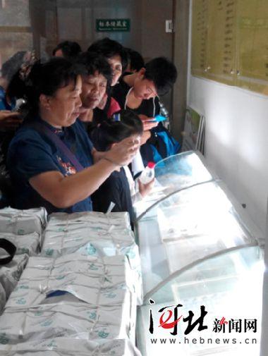 9月12日,石家庄市疾控中心举办了首个公众开放日活动,图为市民们参观生物标本。