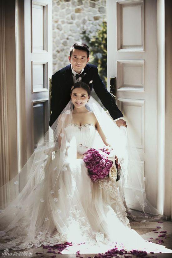 王珞丹秀性感露背婚纱照被粉丝催婚 明星婚纱