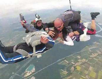 32岁的新娘杰西·席尔德和46岁的新郎英戈·穆勒在飞机上交换戒指后,从飞机上跳下,在空中接吻,步入婚姻殿堂。