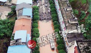 文强日李湘图片_重庆局地遭遇洪灾水深过腰--图片频道--人民网