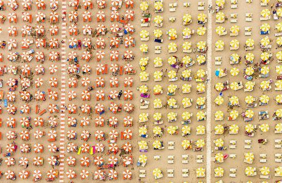 德国摄影师航拍沙滩伞图 五彩缤纷景象壮观(高清组图)