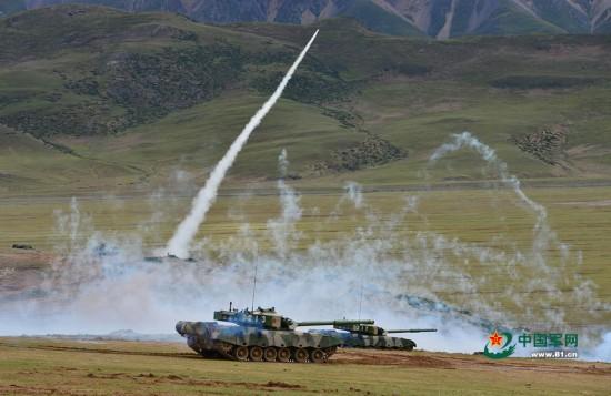 西藏军区合成营演习 大批新坦克战车亮剑