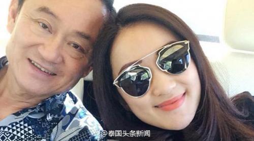 """他信女儿发布与父亲合影 备注写""""中国北京"""""""