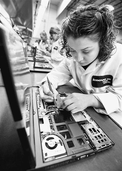 中国联想集团美国总部坐落在北卡州的研发三角园。图为在北卡州惠特塞特市的联想个人电脑工厂里,一名当地工人正在生产线上工作。