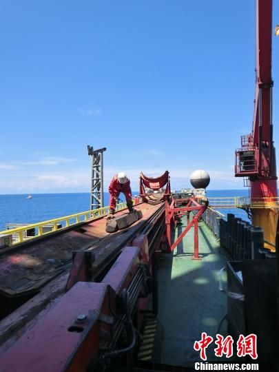 """记者手记:首登""""海洋石油981""""深水钻井平台"""