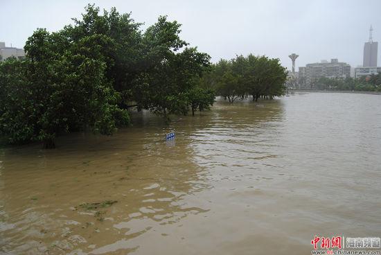 海口内涝缓解 受淹道路加快排水
