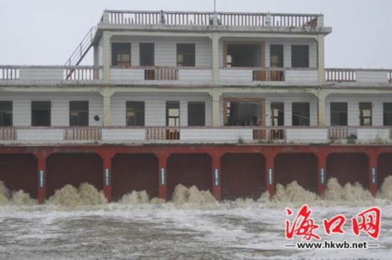 三江农场防潮堤惊现决口 10个低洼村庄被淹