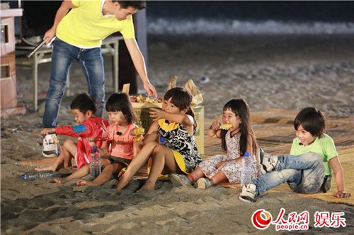 《爸爸2》海边烧烤KTV 多多唱歌时黄磊落泪