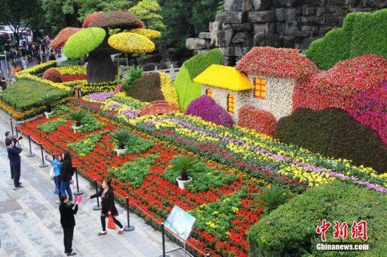 山西太原街头绢花景观迎国庆 倡导节约环保