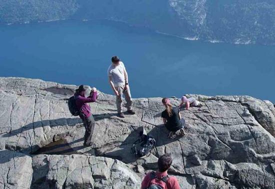 大胆父母将女婴放置600余米高悬崖为其拍照(图)
