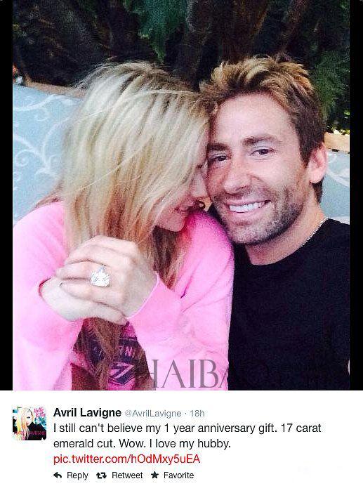 """今年7月份,艾薇兒 (Avril Lavigne) 在與Chad Kroeger的""""結婚一周年紀念日""""時,在Twitter上大秀恩愛,圖中的戒指為結婚時的17克拉大鑽戒。如今這條推文已經被刪除。"""