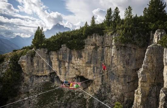 极限运动爱好者阿尔卑斯千米高空架吊床