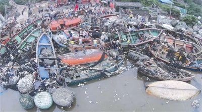"""台风""""海鸥""""袭击后,海南省澄迈县桥头镇玉包港一片狼藉。"""