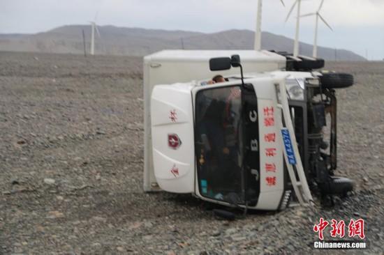 新疆吐鲁番30里风区遭遇12级大风车辆被掀翻