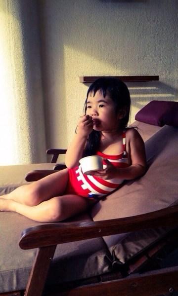 姐姐Grace穿泳衣吃冰淇淋 呆萌可爱