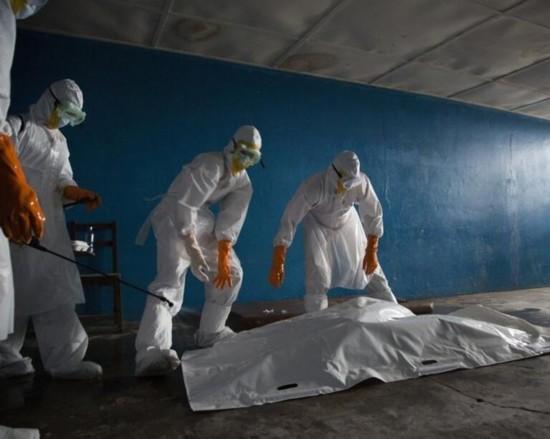 解放军援助非洲抗击埃博拉病毒 冒雨卸物资