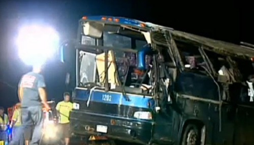美一载49人旅游巴士发生翻车事故 已致2人死