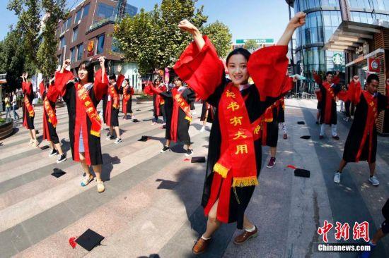 美女 武汉/9月21日,武汉光谷天地商业街上的人群中突然冒出一群身穿博士...