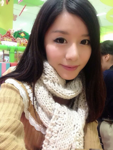 杨舒予被粉丝包围害羞 号召粉丝看女篮比赛