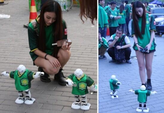 美女造人形机器人和球迷抢风头