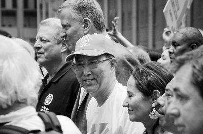 9月21日,联合国秘书长潘基文(中)在纽约参加呼吁关注气候变化问题的大规模民众游行。新华社记者