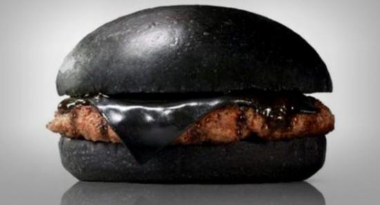 """""""黑暗料理""""全黑汉堡卖相惊人 芝士掺有竹炭"""