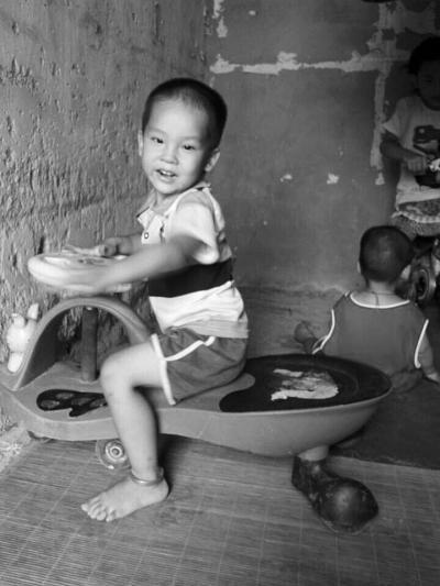 海南3岁半男童家门口失踪 公交上发现线索